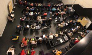 Foto von oben auf den Veranstaltungsaal. Ca. 70. Personen sind anwesend.
