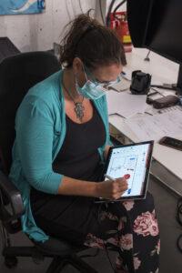 Petra Plicka arbeitet an ihrem Tablet. Sie zeichnet eine Grafik.